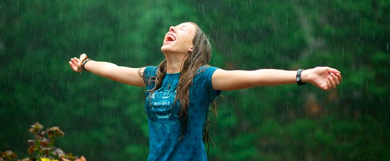 chica-bajo-la-lluvia-10143